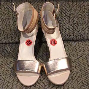 B8) Women's brand new Seychelles sandals w/heels